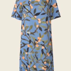 Lee Dress, Peach Tree Blue  100% Viscose skal renses stryges ved lav varme på vrangen kryber max 5%
