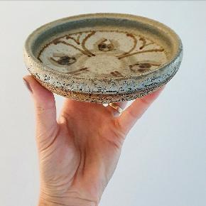 Lille fad eller skål fra Søholm af Noomi Backhausen. Måler 14 cm i diameter, 4 cm i højden og er i perfekt stand.
