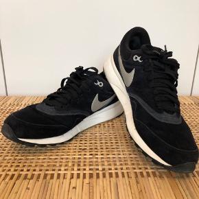 Lækre  sneakers i ruskind.  Brugt max 10 gange, så bestemt ikke slidt.   Svarer nok mere til en str 41