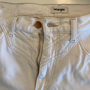 Culotte jeans fra wrangler. Har en lille plet på det ene bukseben. Billede i kommentar felt