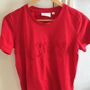 Superlækker t-shirt brugt og vasket en gang. Helt som ny.  T-shirt Farve: Rød