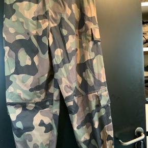 Super fede bukser fra Zara - aldrig brugt - stadig med mærke - almindelig i størrelse - god pasform.