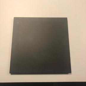 By Lassen base i sort. Måler 16,8 x 16,8