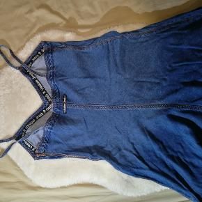 Rigtig fin kjole i jeans stof fra Gaultier. Kjolen er aldrig brugt.