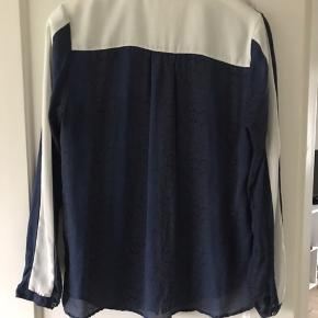 Super flot silkeskjorte, blå med diskret snake mønster i sort og med cremefarvede detaljer
