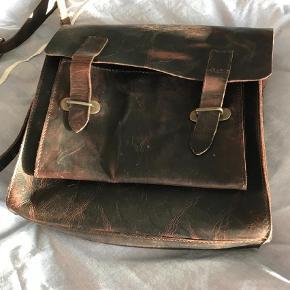 Varetype: lækker taske Størrelse: 26x24 Farve: mørkebrun  smart lille taske-aldrig brugt