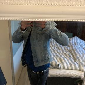 Slim fit denim jakke. Lille i str. vil sige den passer en S/M.