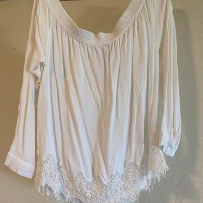 Smuk off shoulder bluse med fine blonde detaljer i bunden. Brugt en enkelt aften. Køber betaler fragt:)