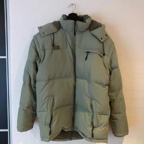 Vintage FILA puffer jakke med tegn på brug. Med aftagelige ærmer. Str XXL - fitter XL-XXL. Meget lækker og VARM oversized jakke til de kolde perioder.