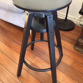 Taburet/barstol fra ikea i sort malet træ. Et fejlkøb og fejler intet. :)