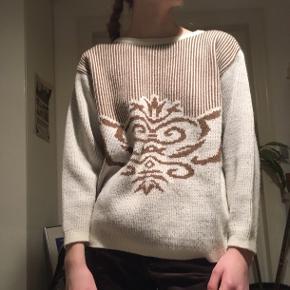 Bluse med sejt brunt mønster.