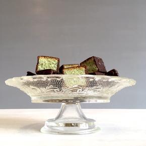 Fint kagefad i smukt mønstret glas sælges.  Mål: Diameter 21 cm. Højde 7,5 cm.  Det er i perfekt stand.  Pris: 70,-kr.  Se også mine mange andre ting og sager😊- klik på mit profilbillede/ navn, for at se alle mine ting.
