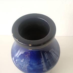 Dansk keramik med nogle år på bagen. Vase med virkelig fin mørkeblå glasur. Har nogle små bitte nag på kanten, men ingen deciderede skår.