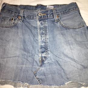 super nice vintage reworked nederdel, købt i urban outfitters. kun brugt et par gange.  den måler 37 cm fra top til bund og 72 cm rundt om livet