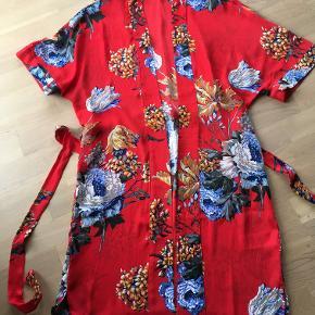 Flot flot kimono. Aldrig brugt. Silkeagtig polyester.  nypris 600 kr.