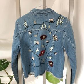 Fedeste denim jakke med blomster broderi på ryggen🌺 Jakken har lommer.