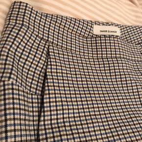 Sælger mine samsøe & samsøe bukser eftersom de er lidt for store til mig. De er ternet i farverne sort/hvid/beige/blå