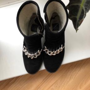 Sælger disse fine støvler med hæl fra Billi Bi, da jeg desværre ikke kan passe dem. De er en størrelse 38, men er lidt store i størrelsen. De er godt brugte, men er ikke gået i stykker nogen steder🙂   Np: 1200,-  Mp: Byd:)