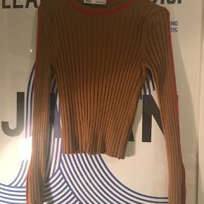 Gratis fragt ved køb af over 100 kr. i efterårsferien! 💌  Lækker bluse fra Zara med fede detaljer. Aldrig brugt!   Se også mine andre annoncer 🍊