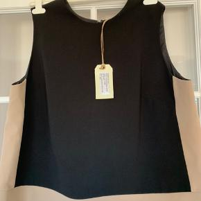 Lækker Colour Block business bluse. Sort / beige. Farve blokkene gør den enormt slankende. Helt ny. Brystmål : 2x62 cm Polyester, viscose og elastane. Længde :  ca 66 cm.
