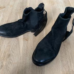 Sælger disse virkelig flotte håndlavede læder støvler fra the Last Conspiracy, og de er aldrig brugt - har stadig prismærke på.   Jeg sælger dem udelukket fordi de var et fejlkøb.