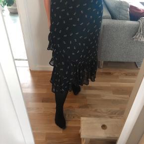 Mørkeblå lang nederdel fra InWear  Aldrig brugt, kun prøvet  Kan afhentes i Aarhus C eller sendes med DAO, via trendsales (på købers regning) 🌸