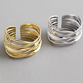 Jeg sælger disse nye 925 Sterling sølv ringe 🥰 De er nikkelfri ✔️ De er alle justerbare ✔️  1 ring for 65,-  Fragt er 10 kr med post nord brevporto eller 39 kr med GLS/DAO ❤️
