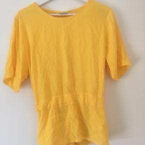 Selected bluse gul, med bindebånd i taljen der bindes på ryggen. Aldrig brugt, kun prøvet på☺️ • nypris 400.
