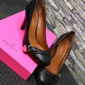 Varetype: Heels Farve: Sort  Fine sko fra Mulberry. Brugt en enkelt gang og det ses udelukkende på sålen. Kommer i original æske