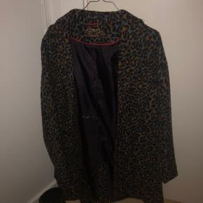 Fin jakke - aldrig brugt. Den er blå/grå som base og så med mønster på.   Kan afhentes på min adresse på Frederiksberg, eller sendes med DAO på købers regning.