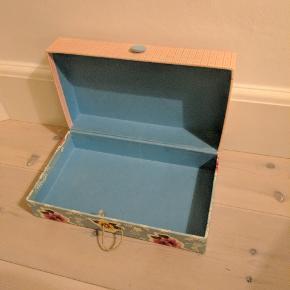Opbevaringsæske eller smykkeskrin fra house doctor. Np 100 kr. Lille plet på låget, kan sikkert renses. 30*17*10