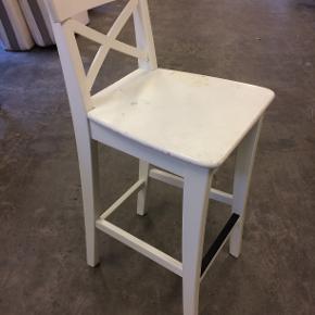 Kan leveres! Fin hvid barstol i fin stand. Ku godt bruge en gang maling (54.21)  Fuld returret gives i tilfælde af skjulte fejl/mangler!  Tjek hele mit sortiment ud på: https://www.dba.dk/brugerens-annoncer/brugerid-6546008/