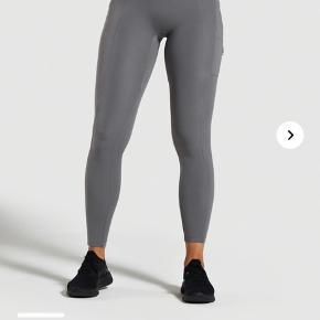 Sælger disse fede gymshark tights!  Er blevet brugt og vasket et par gange. Der er et sted hvor Tightsene har fået lidt fnuller af vask.  De ser rigtig små ud, men der er super meget stretch i dem. Kan passes af en xs-s.