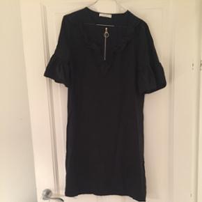 Flot sort kjole med broderi og lynlås ved hals udskæring