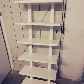 Ikea Värde-væghylde i hvid. Hylden har enkelte brugsmærker - derfor den lave pris.  Højde: 140 cm Bredde: 50 cm Dybde: 21 cm  Står i Langå tæt på Randers, men kan leveres mod betaling.