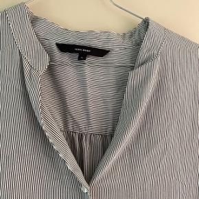3/4 ærmet skjorte med sorte og hvide striber