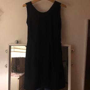Fin kjole med dyb pæn udskæring bagpå🌟