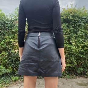 Super fed læder nederdel med lommer og lynlås detaljer. Brugt et par gange men ingen brugstegne. Normal st 36