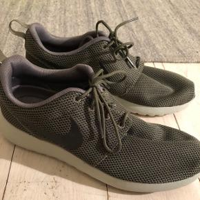Hej. Jeg sælger disse Nike Sneakers, i størrelse 42,5.De er brugt kort én enkel gang, og tillader mig derfor at skrive aldrig brugt. Nyprisen var 899,-  Giv gerne et bud, da de bare står og fylder