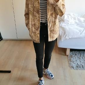Denim jakke i camouflage beige, sand, brun. Der er nogle pletter ved den ene jakkelomme, men det ses ikke når jakken er på.  #Secondchancesummer