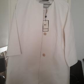 Super flot forårs/sommer frakke i hvid. Aldrig brugt med mærker i Købt for over 4000 kr Mp 1500