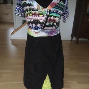 Så fin kjole fra Mongul. Asymetriske lynlås foran foroven. Skjult lynlås i siden. Materialet er viscose og elastane  Giver altid god mængderabat :-)