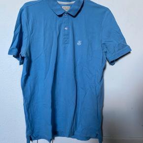 Flot Selected Homme Polo Shirt sælges med logo i venstre side og med hvid stribe i kraven.   Den er som ny, da den kun er prøvet på, sælges for en bror. 🔆  Kan benyttes af flere str, slt efter hvordan man vil have poloen skal sidde (tæt eller løst).   Str. L  NP. 300kr  Mp. BYD   OBS:‼️ sælger lige nu - billigt - ud af en masse forskelligt mærketøj, tjek det ud! 🔆 🍒