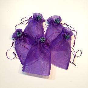 Organza poser fra Walina  5 stk Romantiske lilla organza poser dekoreret med en blå rose. Prisen er for 5 stk. - hvis du skal bruge flere, siger du bare til.  Brug dem til opbevaring af smykker, gaver, ris til bryllup ell andet.  De måler : 10 x 9 cm  Jeg kan handle med mobilpay: Jeg sender gerne med post nord til din postkasse (+10 kr 5 dages leveringstid eller 29 kr 1 dags leveringstid), hvis du ikke kigger forbi og henter dem. Jeg kan handle via Trendsales med DAO pakkepost (+32 kr), hvor du afhenter pakken ved ønsket DAO udleveringssted.  mvh Lise