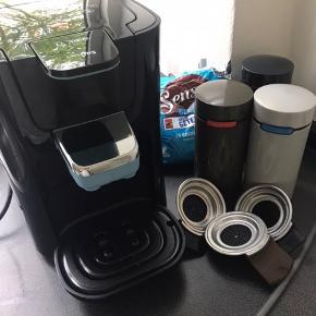 Philips Senseo Latte duo kaffemaskine.  Er brugt noget, og der fremkommer derfor nogle brugstegn, men den virker upåklageligt. Der medfølger diverse beholdere, samt lidt Merrild kaffepuder.  Alle aftagelige dele kan komme i opvaskeren og den er derfor nem at rengøre.