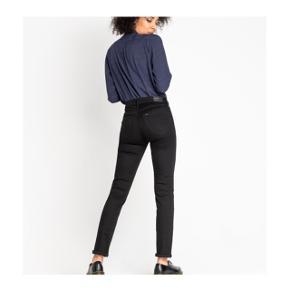 """Sorte jeans fra Lee i modellen """"Elly"""" i en str 24, svarende til XS.  Bukserne er brugte, men har kun minimale tegn på brug, som man også kan se på billederne. Sælges da jeg ikke passer dem længere :)"""