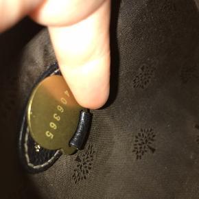 Lækker lille festtaske i sort læder/krokodilleprint. Den er meget velholdt og i rigtig pæn stand.