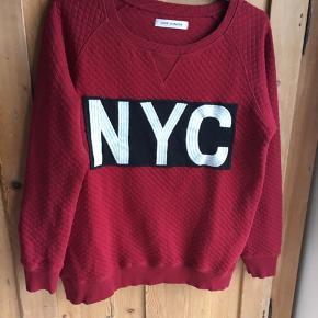 Blusen er brugt 3-4 gange. Den er stor i størrelsen og jeg vil mene at den også sagtens kan passe str M.  Farven er rød, som på 1. Billede.