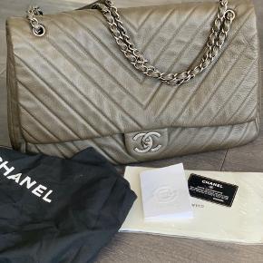 Står som ny, ingen slidtagemærker, kun brugt få gange. Chanel xxl travelbag, måler 48x26cm, dustbag, kvittering og ægthedsbevis medfølger (købt for £3.745 i Heathrow) Er også interesseret i bytte med sort jumbo eller boy.