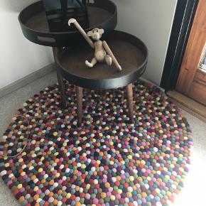 Kan leveres I Hovedstaden/ Nordsjælland.   HAY multicolor tæppe. Nypris 1899 kr.   Afhentes selv- sendes ikke.   De to hjørneborde er også til salg. Hjørnebordene afhentes selv. (Muligvis solgt snart)  Tæppet er 90 cm.